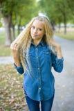 Portret piękna blondynki dziewczyna outdoors Fotografia Stock