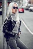 Portret piękna blondynki dziewczyna outdoors Obrazy Royalty Free