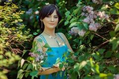 Portret piękna brunetki dziewczyna w ogródzie zdjęcie royalty free