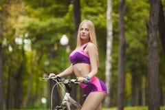 Portret piękna dziewczyna na rowerze Fotografia Royalty Free