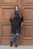 Portret piękna dziewczyna na tle wielki drewniany drzwi Obrazy Royalty Free