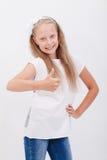 Portret piękna dziewczyna pokazuje aprobaty dalej Zdjęcia Stock