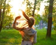 Portret piękna dziewczyna w sukni przy zmierzchem E Zdjęcia Stock