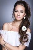 Portret piękna dziewczyna z kwiatami na ona Zdjęcie Royalty Free
