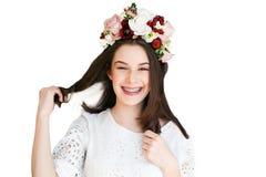 Portret piękna dziewczyna z kwiatu wiankiem Zdjęcia Stock