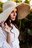Portret pi?kna europejska kobieta w polu s?oneczniki, ?adny m?ody europejski kobiety instraw kapelusz na naturze zdjęcia royalty free