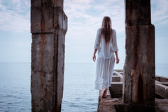 Portret piękna kobieta na morzu Zdjęcia Stock
