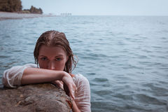Portret piękna kobieta na morzu Obrazy Stock
