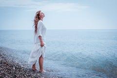 Portret piękna kobieta na morzu Fotografia Stock