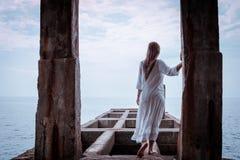 Portret piękna kobieta na morzu Zdjęcia Royalty Free