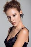 Portret piękna kobieta na szarym tle Obrazy Stock