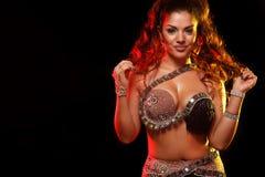 Portret pi?kna kobieta, tradycyjny ballydance tancerz taniec etniczny Brzucha taniec dancingowy plemienny zdjęcie royalty free