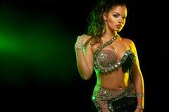 Portret pi?kna kobieta, tradycyjny ballydance tancerz taniec etniczny Brzucha taniec dancingowy plemienny fotografia stock