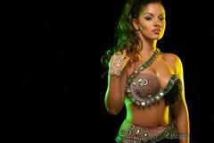 Portret pi?kna kobieta, tradycyjny ballydance tancerz taniec etniczny Brzucha taniec dancingowy plemienny obrazy stock