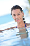 Portret piękna kobieta w basenie Fotografia Stock