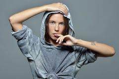 Portret pi?kna kobieta w popielatej hoody bluzce fotografia royalty free