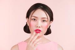 Portret piękna kobieta z jaskrawym makeup i czerwonymi wargami Fotografia Royalty Free