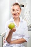 Portret piękna kobiety lekarka w bielu mundurze Obrazy Stock