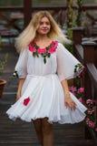 Portret piękna modna dziewczyna w biel sukni w ruchu Obraz Royalty Free