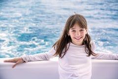 Portret piękna nastoletnia dziewczyna na jachcie na tle morze, Fotografia Stock