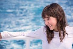 Portret piękna nastoletnia dziewczyna na jachcie na tle morze, Zdjęcie Stock