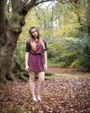 Portret Piękna nastoletniej dziewczyny pozycja w lesie Obraz Royalty Free