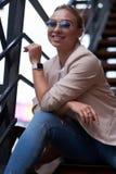 Portret pi?kna przypadkowa atrakcyjna kobieta na stalowych schodkach przy podw?rzem zdjęcia royalty free