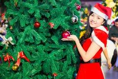 Portret piękna seksowna dziewczyna jest ubranym Santa Claus odziewa Obraz Stock