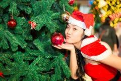 Portret piękna seksowna dziewczyna jest ubranym Santa Claus odziewa Zdjęcie Stock