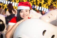 Portret piękna seksowna dziewczyna jest ubranym Santa Claus odziewa Fotografia Royalty Free