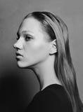Portret piękna wzorcowa rosyjska dziewczyna czarny white Obrazy Stock