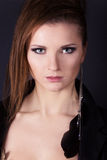 Portret piękne eleganckie dziewczyny na czarnym tle w studiu z kolczykiem w twój ucho obraz royalty free