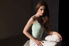 Portret piękne modnych kobiet brunetki na tle obraz stock