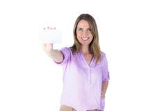 Portret piękny przypadkowy bizneswoman pokazuje znaka Fotografia Royalty Free