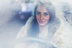 Portret piękny smilling kobieta kierowca Obrazy Royalty Free