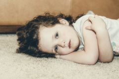Portret Piękny Trzy roczniak Patrzeje Solenny Fotografia Royalty Free