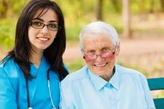 Portret pielęgniarka i starsze osoby Cierpliwi fotografia royalty free