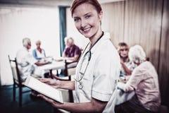 Portret pielęgniarka z cyfrową pastylką obrazy stock