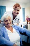 Portret pielęgniarka z starszą kobietą Obraz Stock