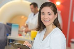 Portret pielęgniarka bierze notatki w radiologia dziale Obraz Stock