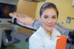 Portret pielęgniarka w radiologia dziale Zdjęcie Royalty Free