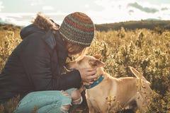 Portret pies i młoda kobieta w kraju obraz stock