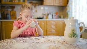 Portret pije mleko uśmiechnięta dziewczyna zdjęcie wideo