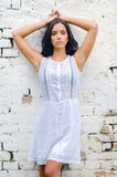 Portret piękna dziewczyna w biel sukni opiera na ścianie Obraz Royalty Free