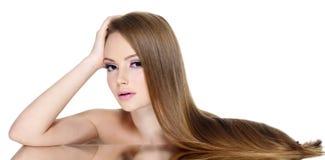 Portret piękna dziewczyna z długim prostym włosy Zdjęcia Royalty Free
