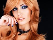 Portret piękna kobieta z błękitnymi gwoździami, błękitny makeup Zdjęcia Royalty Free