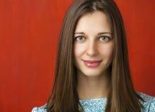 Portret piękna młoda kobieta w turkusowej sukni na czerwieni Fotografia Stock