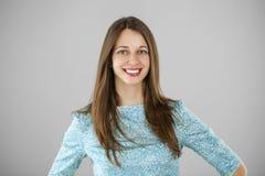 Portret piękna młoda kobieta w turkusowej sukni na gr Zdjęcia Royalty Free