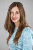 Portret piękna młoda kobieta w turkusowej sukni na gr Zdjęcia Stock