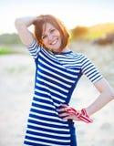 Portret piękna nastoletnia dziewczyna blisko morza Zdjęcia Royalty Free